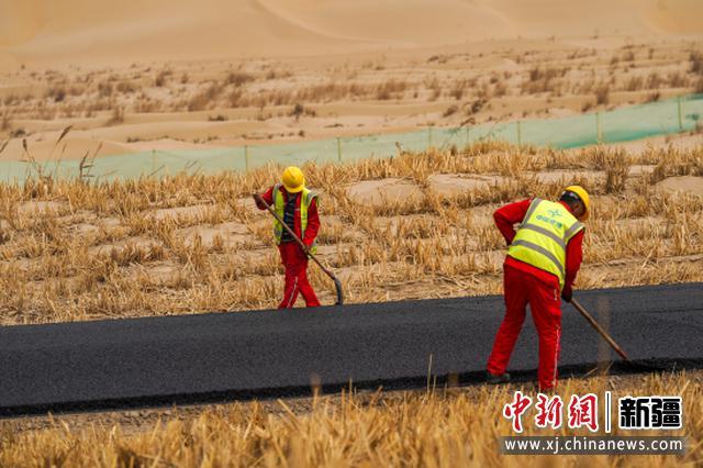 穿越塔克拉玛干沙漠第三条公路开始铺油 9月底全线路面贯通
