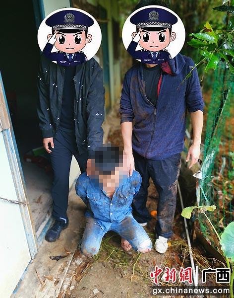 圖為民警抓獲吸毒人員李某某。胡振業 攝