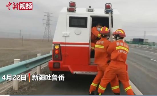 新疆吐鲁番遇11级大风 有货车被掀翻