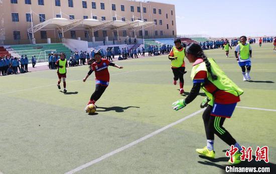 图为女子足球队的队员们正穿着训练服进行日常对抗训练。 马铭言 摄