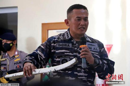 当地时间4月24日,印尼军方在巴厘岛举行新闻发布会宣布,此前失联的该国海军KRI Nanggala 402潜艇已沉没。印尼国民军总司令哈迪·贾詹托和海军参谋长尤多·马戈诺在新闻发布会上展示了近几日搜救人员在巴厘岛附近海域打捞到的失联潜艇残骸和艇内多件物品。尤多·马戈诺表示,如果潜艇没有受到损坏,这些物品不会出现在潜艇外。
