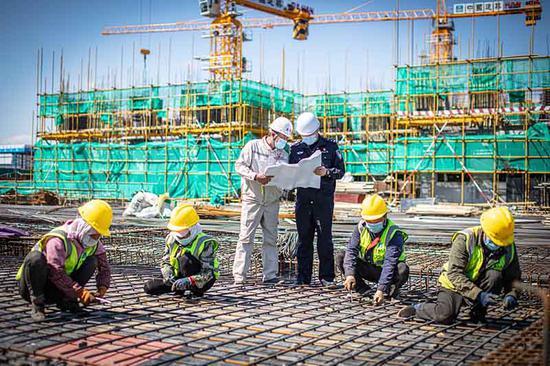 为工程监管民警与安全员开展安全检查。