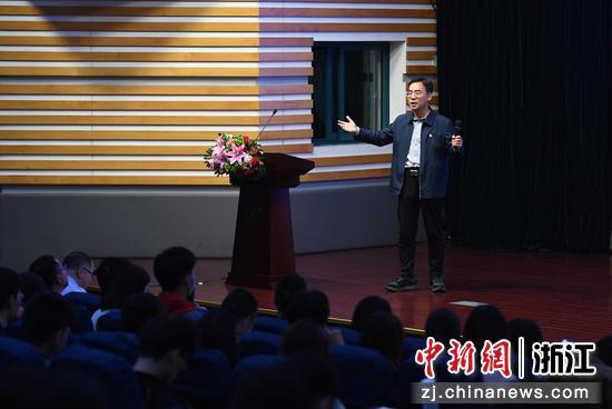 中共焦作市委常委、修武县委书记郭鹏与现场听众、浙大学生互动。  王刚 摄