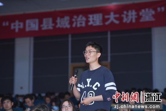 浙江大学学生向中共焦作市委常委、修武县委书记郭鹏提问。  王刚 摄