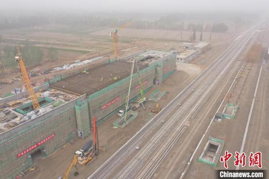 航拍和若铁路全线首个站房且末站主体结构顺利封顶。 文兴华 摄