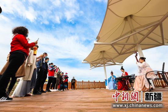 博乐市万亩海棠园内,游客在欣赏古典民俗弦乐秀。于苏甫·艾尼 摄