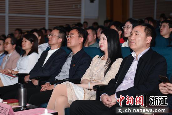 中国新闻社浙江分社党委书记、总编辑柴燕菲(右二)等人出席中国县域治理大讲堂第十三讲。  王刚 摄