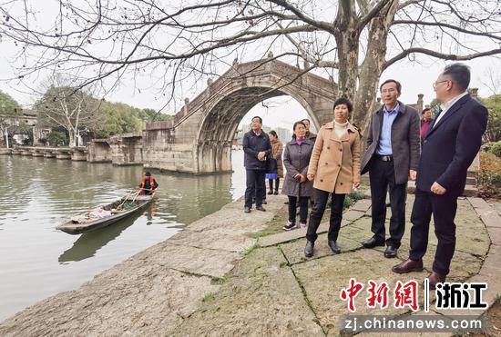 2021年3月,绍兴市人大常委会实地考察太平桥公园(古纤道修缮)  阮思璇 摄