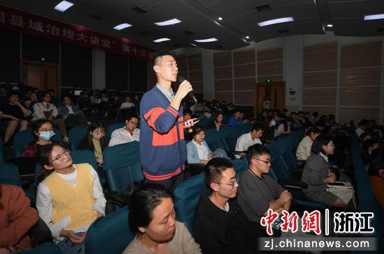 现场听众向中共焦作市委常委、修武县委书记郭鹏提问。  王刚 摄