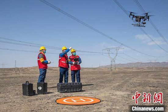机器人、无人机等新技术的使用,确保了输电通道安全高效运行。 卓培杰 摄