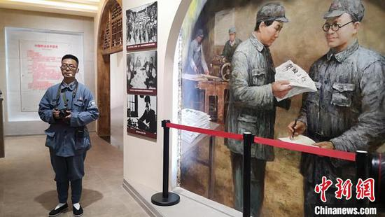 尹拯山向到访媒体介绍秦邦宪(博古)与报纸的渊源。 范丽芳 摄
