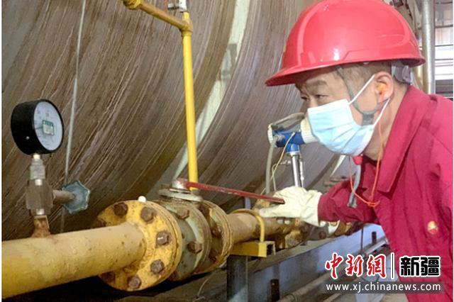 重油公司员工在调试锅炉工况。张又文 摄