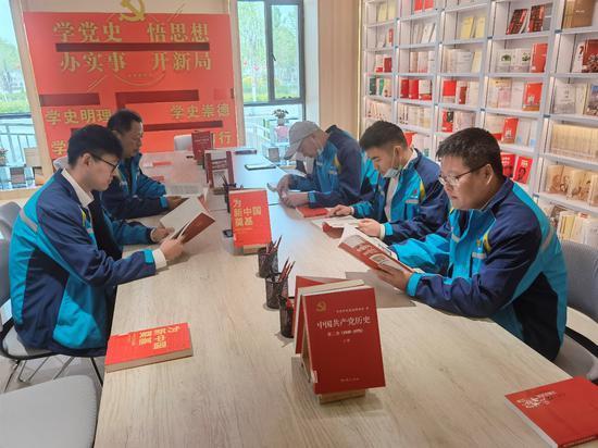 员工们在铁门关市图书馆学习。