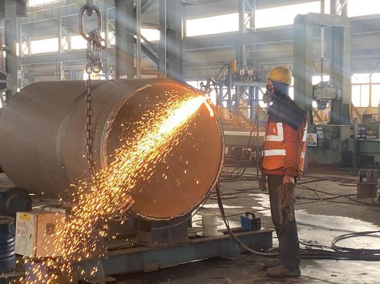 钢结构制作现场一片忙碌景象。