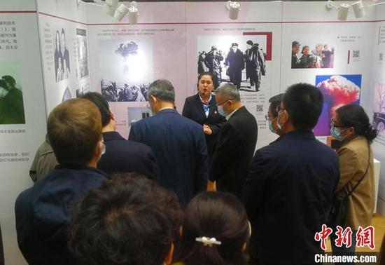 新疆企业科技工作者、学生等代表及新疆科协干部职工参加启动仪式并参观展览。 王小军 摄