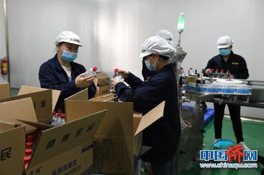 图为广西宜和医疗科技公司消毒液生产作业现场 记者 林浩 摄