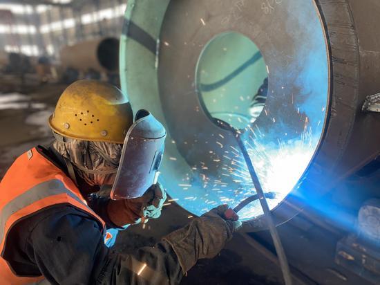 工人们正在焊接钢结构。