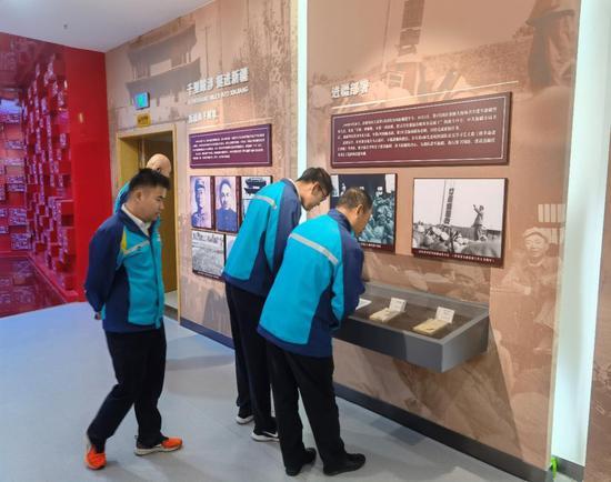 员工在参观革命历史博物馆。