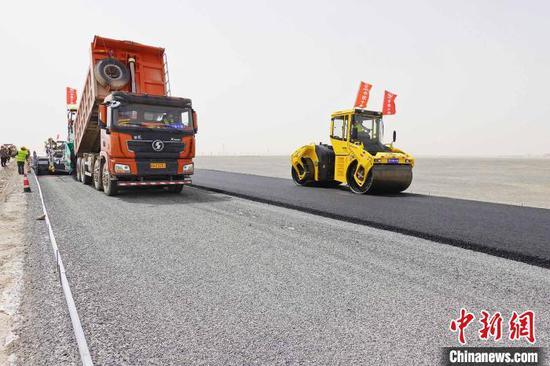 图为若羌县境内的若民高速起点施工现场。 景丽君 摄
