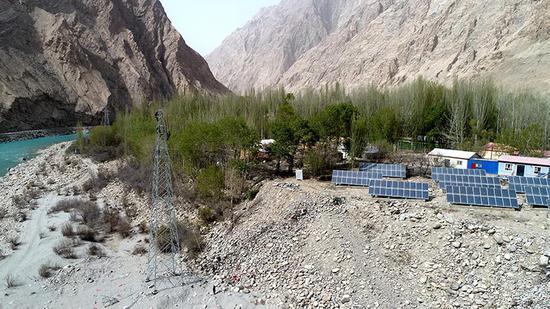 国网喀什供电公司员工在大同乡建设电力线路。范增琴 摄
