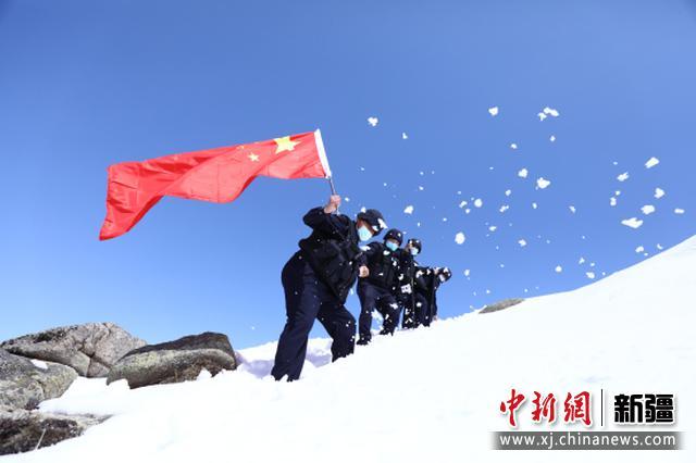 新疆阿勒泰民警四月踏雪巡边