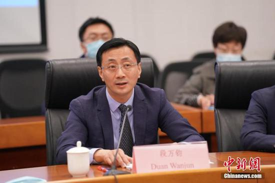 图为新疆维吾尔自治区人民政府研究室副主任段万钧在会上发言。中新社记者 苏丹 摄