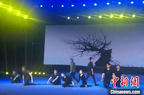 原创剧目《我叫王成帮》新闻发布会在新疆库尔勒市举行,演员展示精彩瞬间。 陶拴科 摄