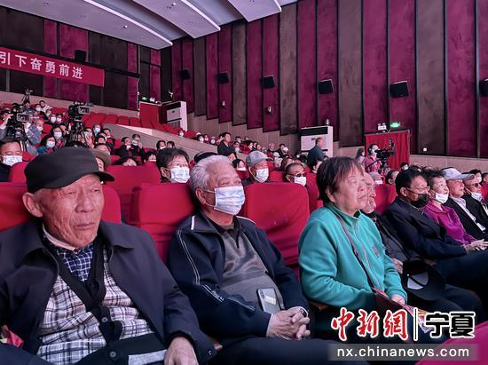 秦腔表演吸引觀眾。石羽佳 攝