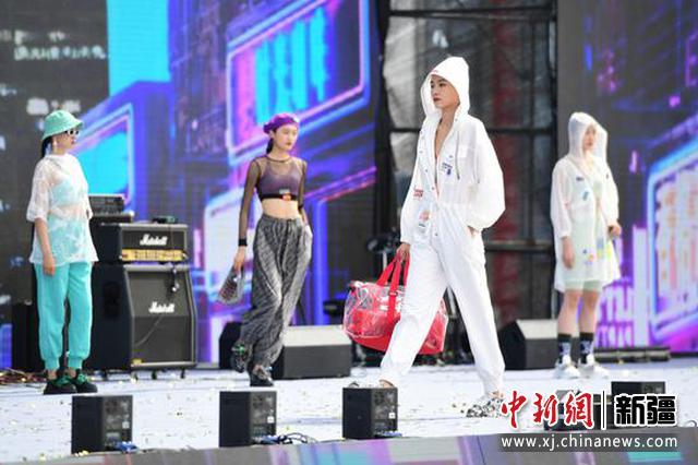 5月1日,著名歌手云朵、深圳30位SIUF国际超模等在新疆伊吾胡杨林景区开园仪式启动现场助兴。闻德轩 摄
