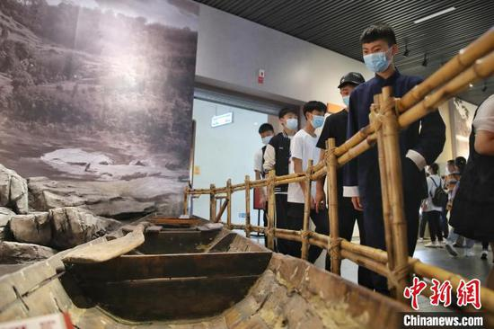 图为游客在遵义会议会址纪念馆参观。 瞿宏伦 摄