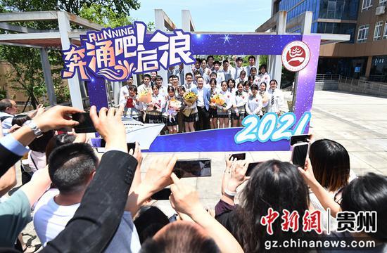 4月30日,在贵阳市南明甲秀高级中学,高三学生和家长在参加十八岁成人礼活动。