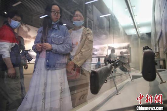 图为遵义会议会址纪念馆展出的展品吸引游客。 瞿宏伦 摄