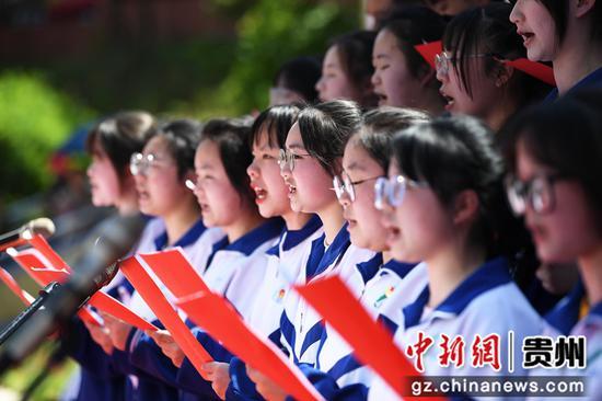 4月30日,在贵阳市科华学校高三学生成人礼仪式上,高三学生正在朗诵爱国爱党主题的诗歌。