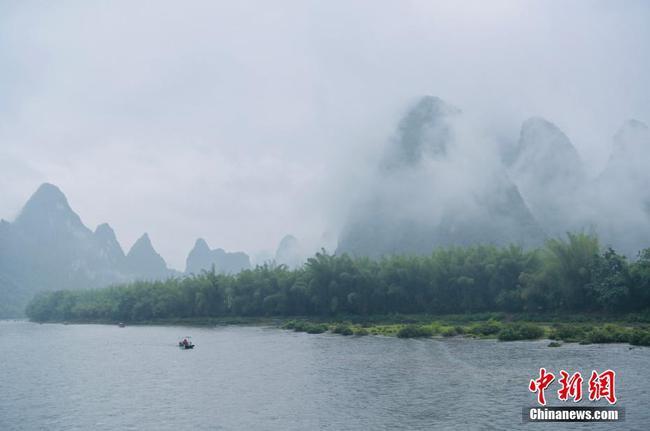 桂林漓江现烟雨美景