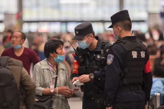 乌鲁木齐站派出所流动值勤岗位民警积极帮助困难旅客