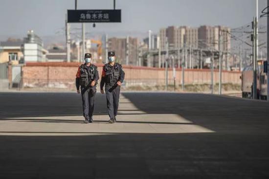 乌鲁木齐站派出所流动值勤岗位民警对站台进行安全巡查。