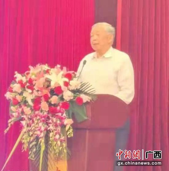 图为广西喷施宝股份有限公司董事长王祥林在发言。凌武福  供图