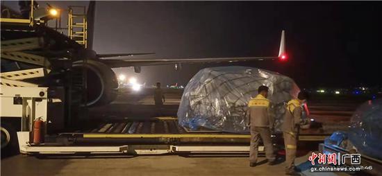 南宁机场工作人员正从飞机货舱卸下货物。周冬生 摄