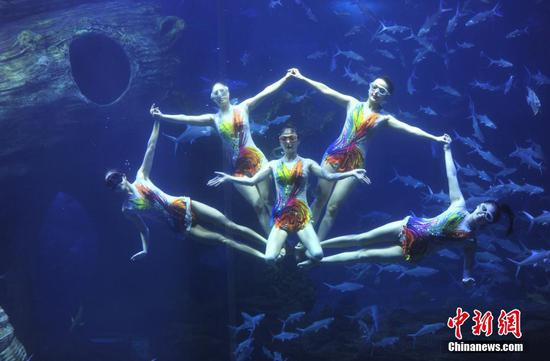 2021年5月4日,演员在贵州省贵阳市多彩贵州城极地海洋世界表演水下芭蕾。 中新社发 宁坚 摄 图片来源:CNSPHOTO