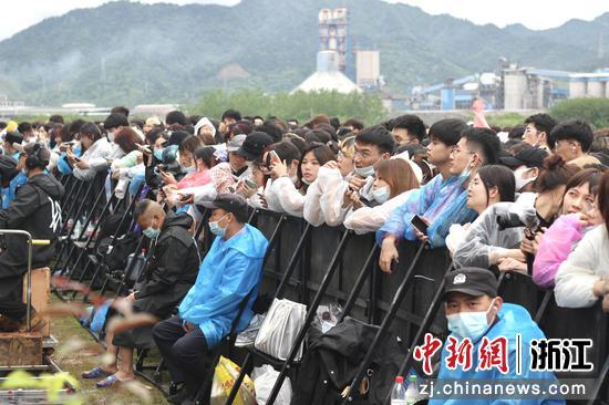 观众在观看常山音乐节。汪旭莹 摄