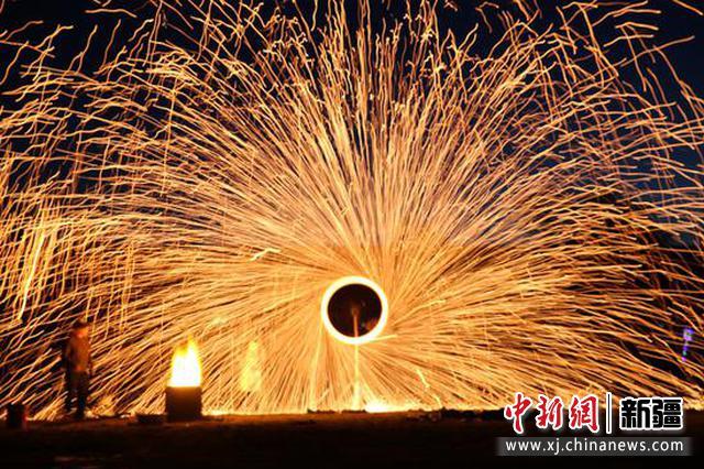 打铁花是中国古代匠师们在铸造器皿的过程中发现的一门民俗文化表演技艺。