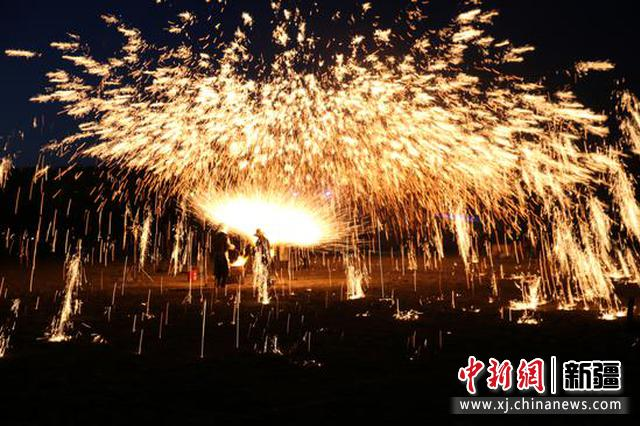 打铁花始于北宋,盛于明清,至今已有千余年的历史。