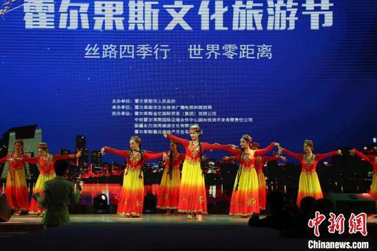 开幕式上表演新疆歌舞。 苟继鹏 摄