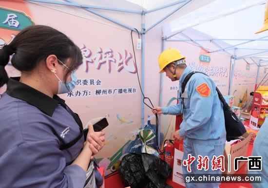 南方电网广西柳州供电局彩虹党员服务队挨家挨户为各店面排查安全隐患。邹振远 摄