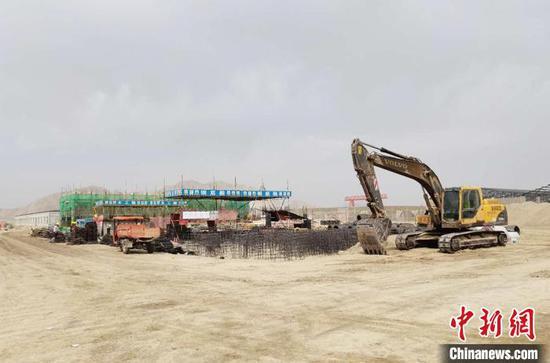 位于新疆兵团第三师图木舒克市南侧约15公里的达坂山工业园内,部分项目加紧施工。 戚亚平 摄