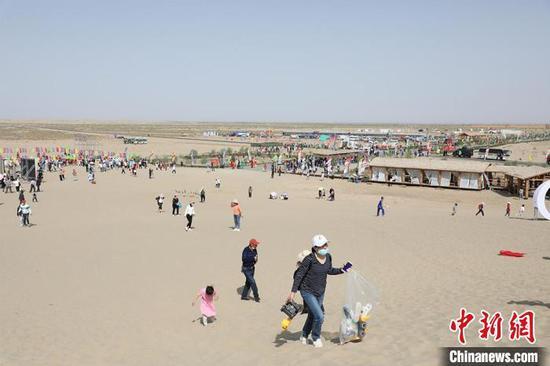 四面八方的游客来到塔克拉玛干沙漠观光旅游。 李桃 摄