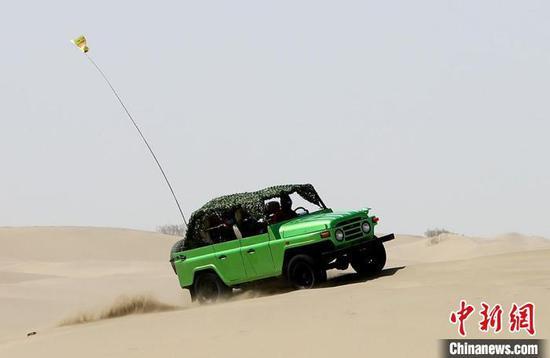 游客体验沙漠越野车。 李桃 摄