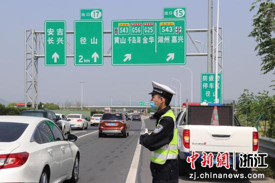 交警指揮交通。 杭州市公安局