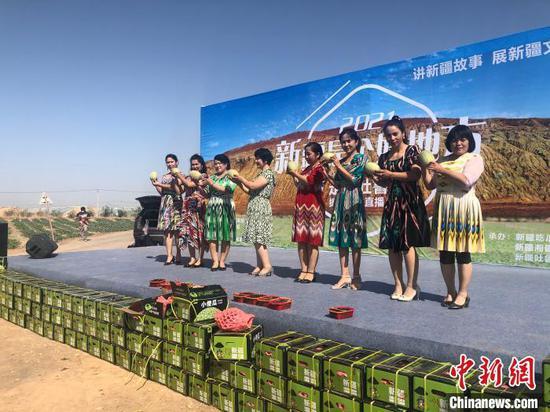 吐鲁番鄯善县吐峪沟农民展示刚上市的甜瓜。 陶拴科 摄