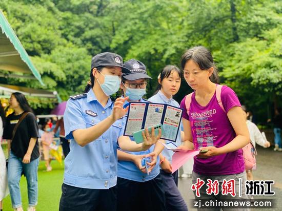 民警為游客指路。 杭州市公安局